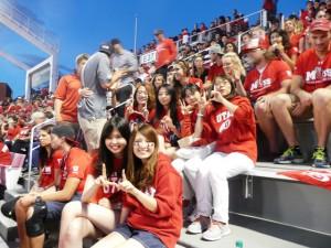 """現地24日目(9月3日) フットボールの開幕戦は強豪ミシガン大学を迎えるホームゲーム。 2002年の冬季五輪の閉会式場となった大学内のこのスタジアムで、 史上最多の47,825人の観客を集め、しかも24-17で接戦を制した。 指のサインはユタ大学の頭文字""""U""""を意味する。"""