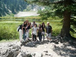 現地9日目(8月19日) Lake Solitude 冬はスキー場のこの湖へハイキング。前日の博物館と 同様に英語の授業の一環で、感想文を書き、翌日のディスカッションの 話題となる。