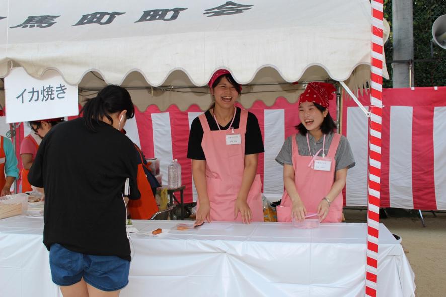 イカ焼き担当の3回生岩崎香理さん、大西ひなのさん