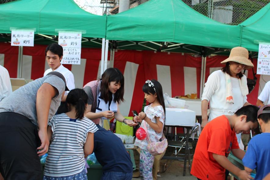 ヨーヨー釣り担当の3回生滝澤綾子さん  少子化で学校の統廃合が進む東山区ですが、お祭りには近隣の子供たちが集まります。